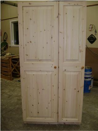 Garderobsdörr med gångjärn